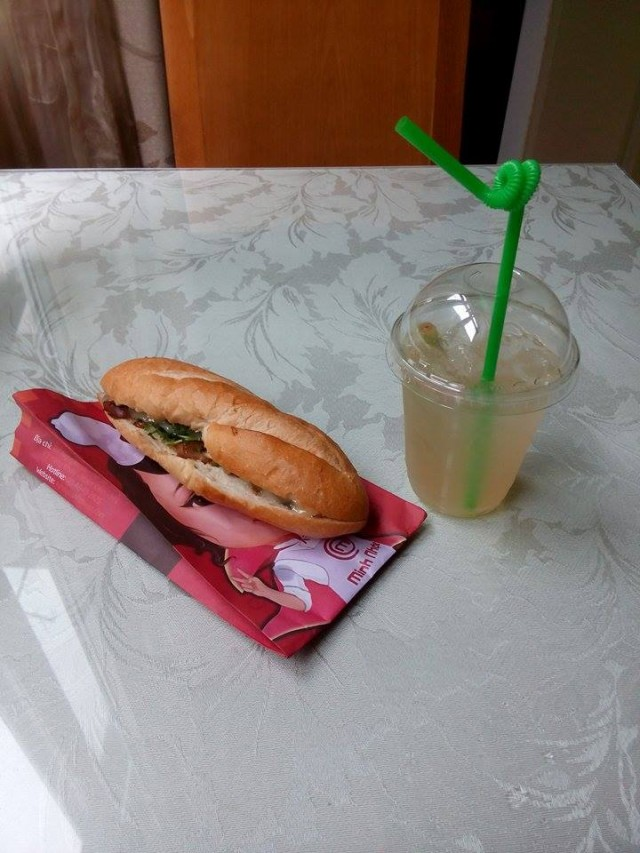 フランスパンの間にお肉や野菜を挟んで食べるサンドイッチみたいなもの。お店によってはさむものが違うので色んなお店でトライして自分のお気に入りの店を見つけます。