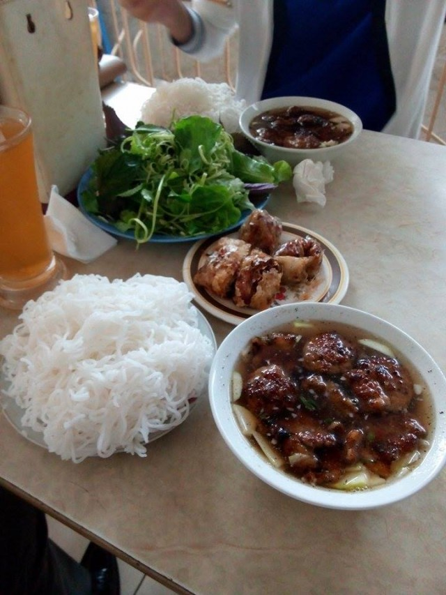 ハノイの料理『ブンチャ』。つけ麺のように、麺をスープにつけて頂きます。カリカリに焼いた豚ばら肉、ハンバーグと揚げ春巻きがとても食欲をそそります。