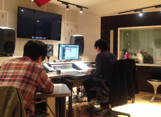 ディレクターとサウンドエンジニア 奥には声優さんが。