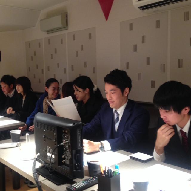 見守る名古屋オフィスの皆さんとコピーライター