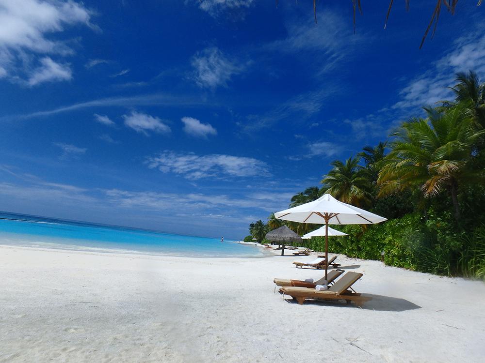 ビーチには、パラソルやビーチチェア、タオルが完備。 くつろげる空間がたくさん作られています。