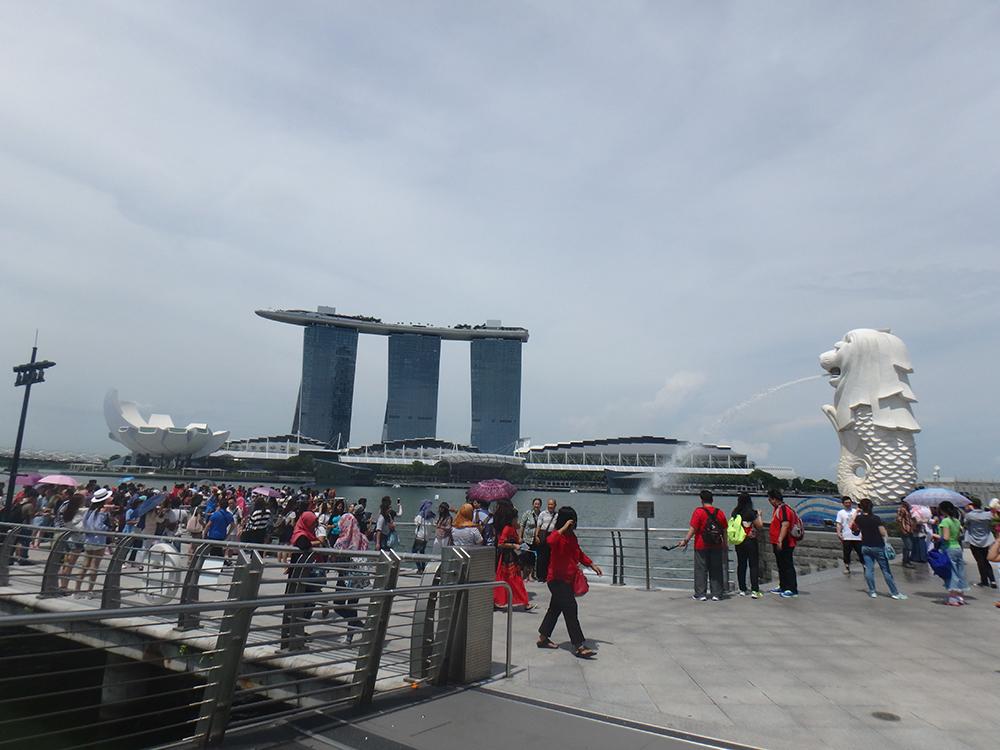 乗り継ぎのシンガポールに帰りは一泊。ベタな観光をしました。 マーライオンは「しょぼい」という前評判を聞きすぎていたので、 思ってた以上に大きかったです。