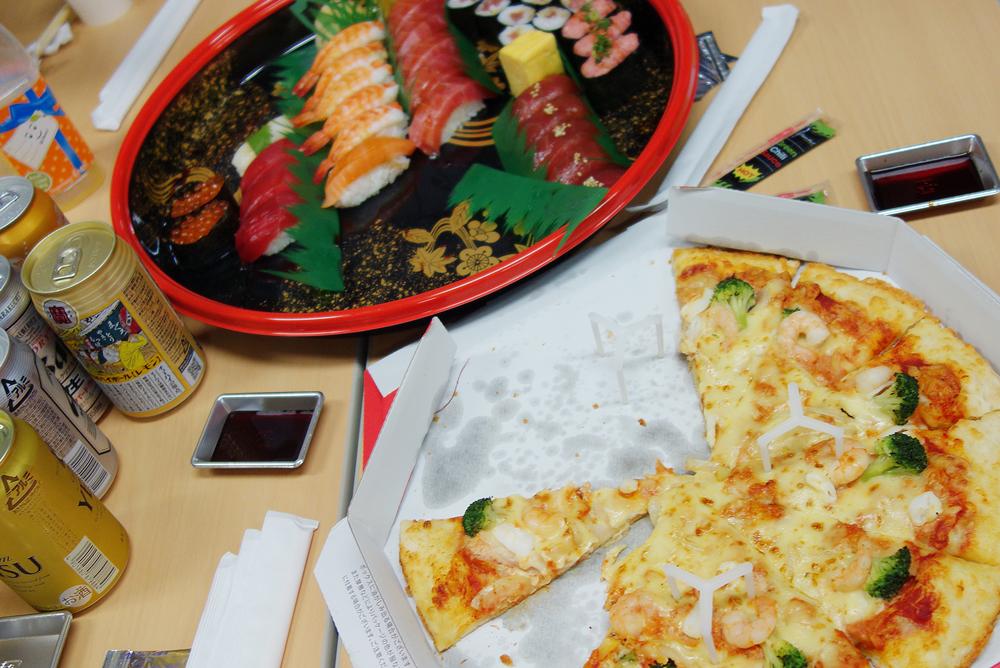 食べかけですが、おいしいピザとお寿司だち!