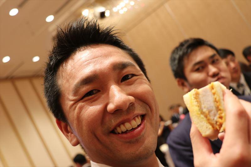 「このカツサンド美味いね!」とエン転職の責任者・岩崎、奥はエン派遣の責任者・沼山。