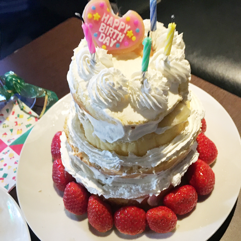 誕生日が近いメンバーがいたので、手作りケーキ!デコレーションは、ご愛嬌…